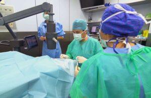 Un oftalmólogo practica crosslinking corneal, una operación de queratocono