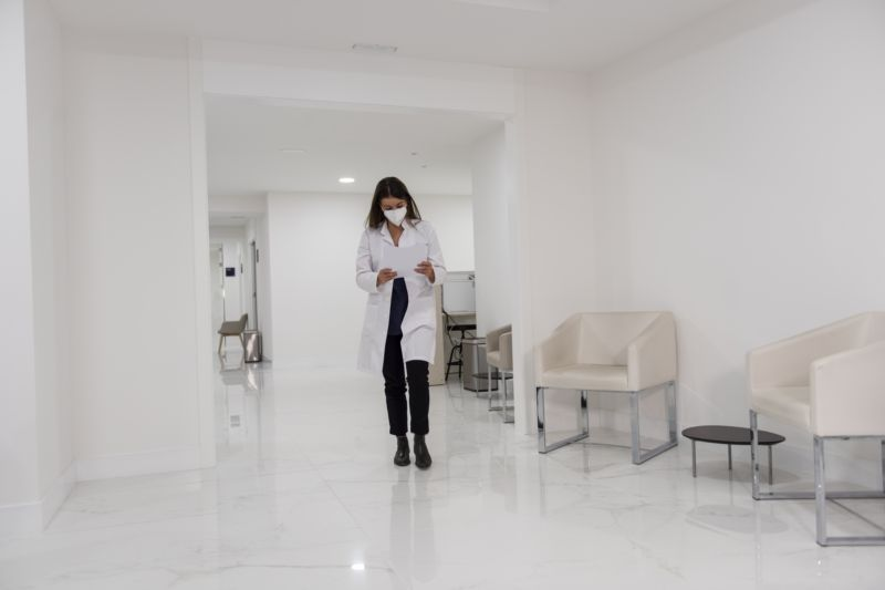 doctora andando por un pasillo del centro
