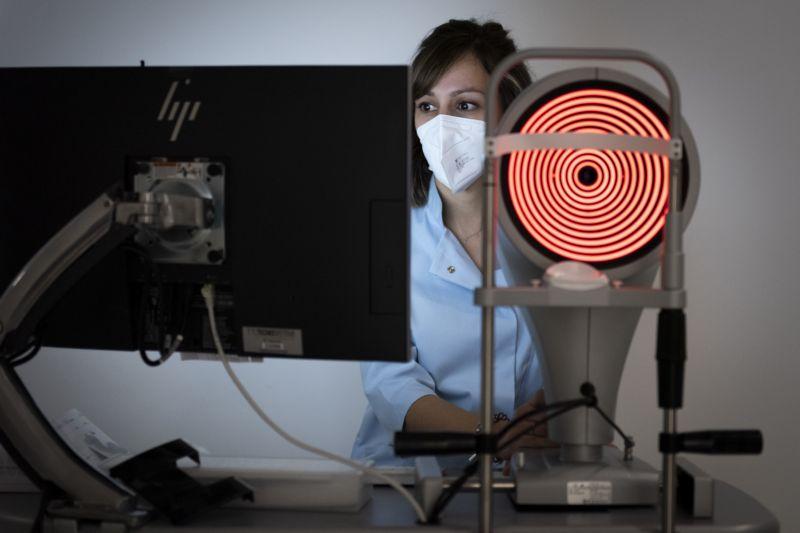enfermera con un máquina de pruebas con unas líneas luminosas